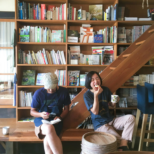 畑スタッフのきよみちゃん(右)。クーラーのきいたカフェでしばし休憩。