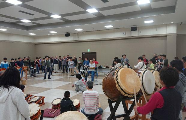 リズム編曲は大友さんとの共演も多いドラマーの芳垣安洋さんが手がけ、大編成の和太鼓演奏に挑戦。