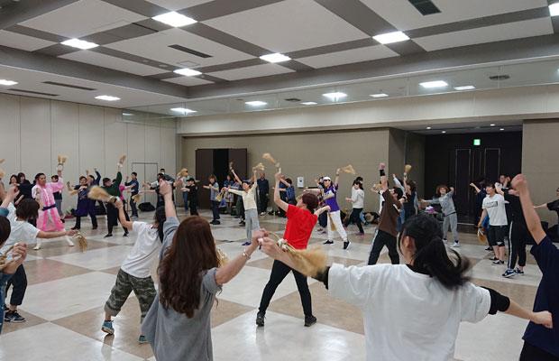 振付家の伊藤千枝子さんが、誰でも参加できる踊りを考案。「わらの輪」を持って踊る。