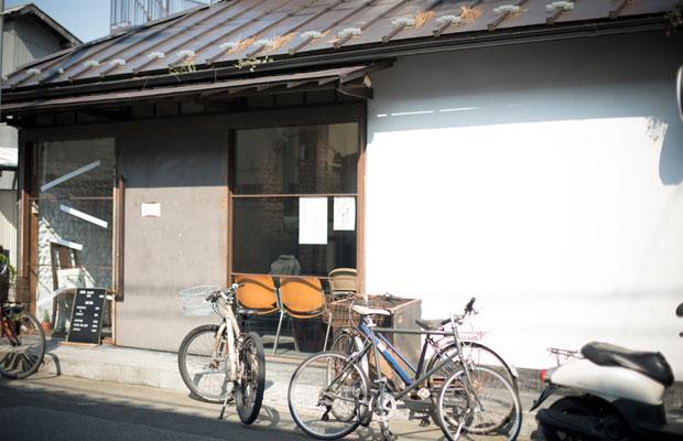 有理子さんが営むカフェ&ギャラリーJohnは、STOVEのすぐ隣にある。