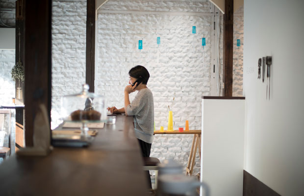 平日はギャラリーに立ちながら、自らが経営するマネジメント事務所の仕事にもあたっている有理子さん。