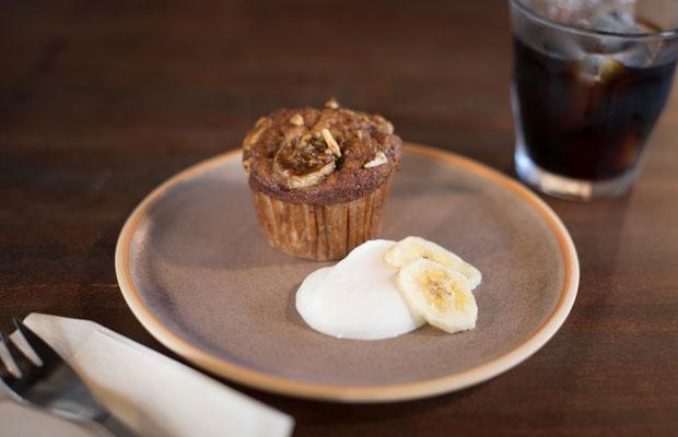 Johnのカフェ営業日には、人気の焼き菓子ブランド〈Bakeromi〉によるケーキも食べられる。ある陶芸作家の展覧会の週末企画としてケーキをつくってもらった縁がきっかけで、継続的に提供されるようになったという。