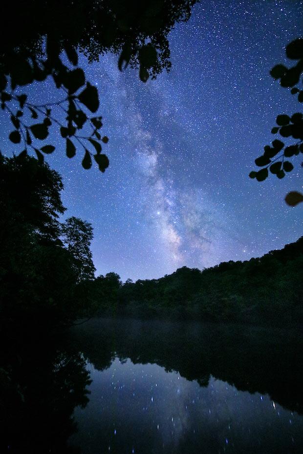 湖に反射した星空