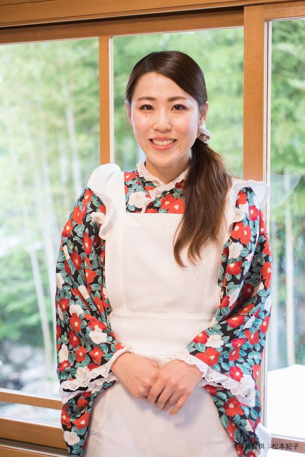 大正ロマン風の制服を着た「果物小町ちゃん」。岡山県出身の画家・竹久夢二の好んだ椿柄をモチーフに、オリジナルデザインの制服でおもてなし。