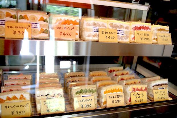 常時10〜15種類のスイーツサンドが並びます。岡山県外のフルーツを使ったサンドや〈塩大福〉などの変わり種サンドも魅力的。