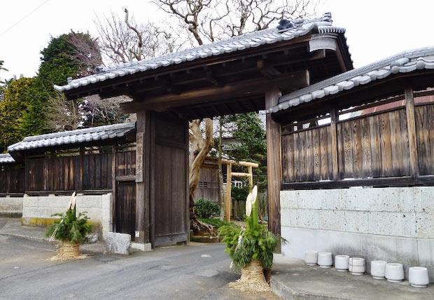 〈飯沼本家〉の会社の正門。