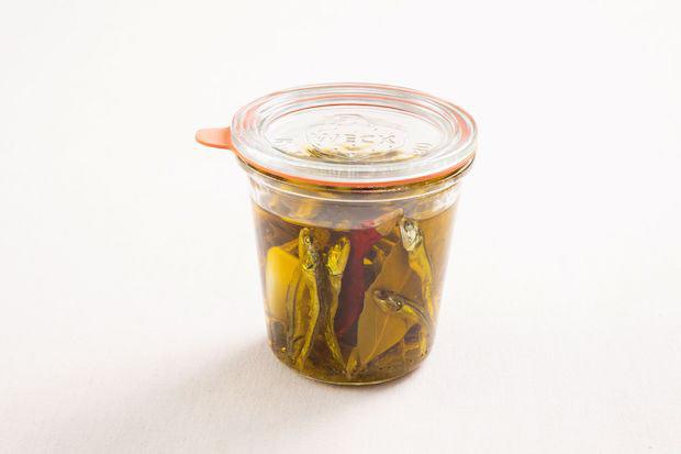 いりこオイル。いりこのだしがらをハーブやニンニクと一緒に漬けるだけで、風味豊かなフレーバーオイルができます。