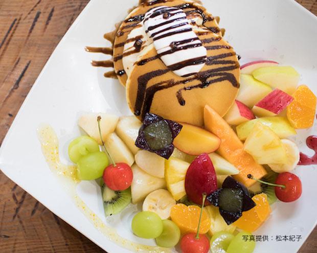 〈パンケーキ 季節のフルーツ添え〉税込900円〜。通年で提供。