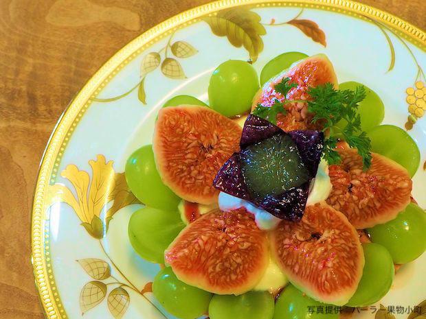 〈小町のタルト〉税込900円。画像は「シャインマスカットと日本イチジクのタルト」。時季により果物の種類は変わります。