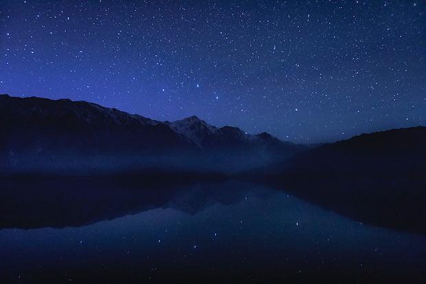 霧がかった湖面に星の光が映る