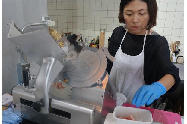 〈アトリエ・ドゥ・ジャンボンメゾン〉は、専用の機械を使い、目の前で1枚ずつ希望のハムを必要な分だけスライスしてくれます。