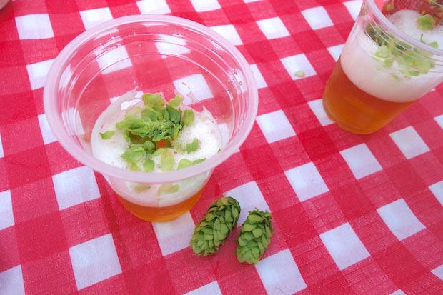 毬花の中にある、ルプリンと呼ばれる黄色い粉がビールの香りと苦味の成分。毬花を半分に割るとビールの香りが!