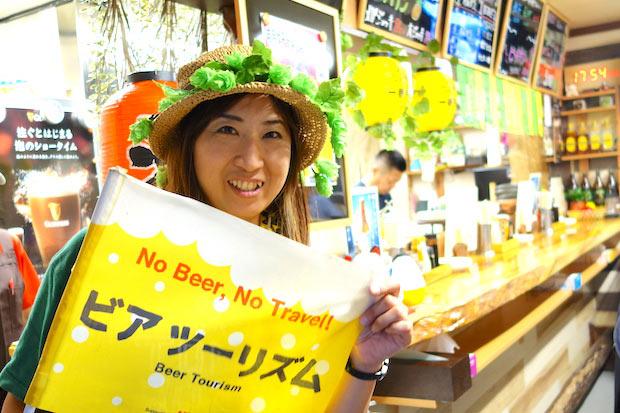 ガイドのMJこと、美浦さん。ツアー後に立ち寄れる店も教えてくれます。この日は駅前の〈DAKKE〉のメニュー・遠野銘菓〈明けがらす〉を揚げた〈あげがらす〉をビールに合う食としてすすめてくれました。