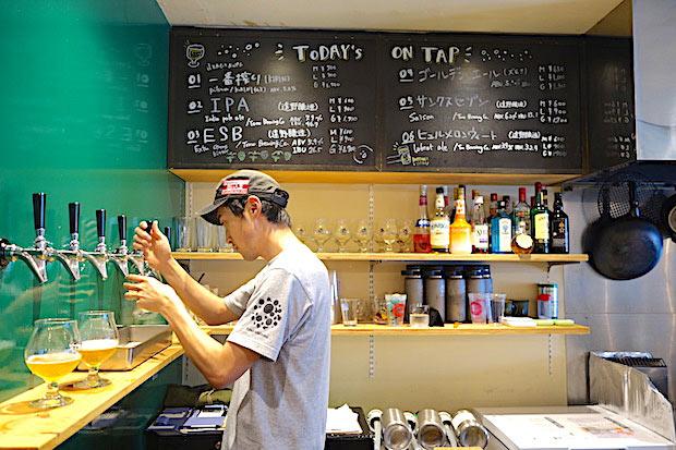 経営や販売を担当する袴田さん。酒屋だった場所を自分達で改装し店をつくりあげました。