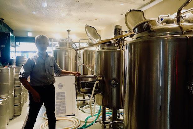 醸造を担当する太田さん。タンクの組み立ても自分で行ったそう。ビールを貯蔵する冷蔵庫も手づくり。