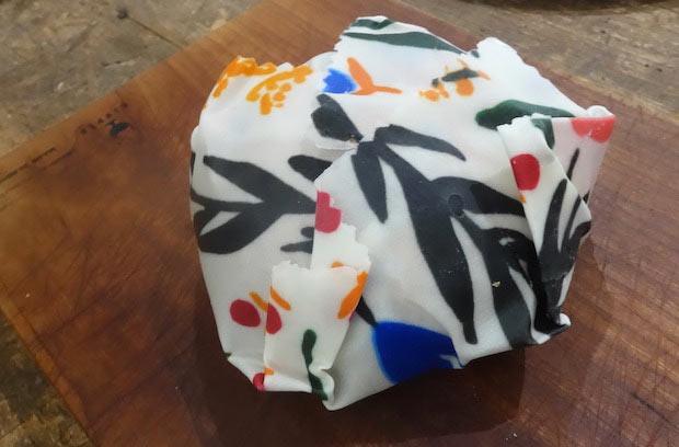 ベーグルを包むとこんな形に。ものに合わせてしっかりとフィットしてくれるので、器にフタをしたり、おにぎりを包んだりできます。