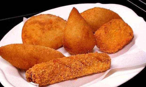 「みしまコロッケ」(静岡県三島市) 箱根西麓で育ち、手掘りで収穫された三島馬鈴薯(メークイン)を使った外はサクサク、中はクリーミーなコロッケ。三島市のソウルフードです。