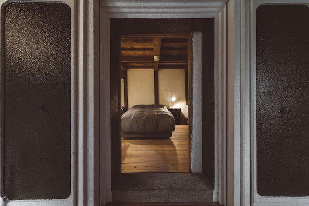 土蔵を改装した離れの部屋「OHYA4」(離れ・土蔵ツイン)。重厚な蔵のつくりを最大限に利用したユニークな浴室や、秘密基地のような畳の間などがあります。