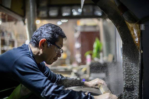 〈三寿ゞ〉の万能包丁(兵庫県三木市)。錆びにくい素材を採用しながらも、独創的なデザインと最高級の切れ味を実現。