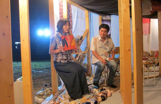 住民に協力してもらい朗読のパーティを開催した。カンテリヒトパーティ 2013年8月8日(木)清水沢宮前町連絡所跡(画像提供:Tokyo Arts and Space)