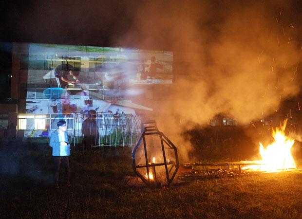 9月5日のイベントでは、ゼロ戦を燃やして空に返し、プロジェクトの再始動を決意。松本さんと一緒にゼロ戦を制作した子どもたちは、すでに高校3年。それぞれの旅立ちのときを迎えていた。(画像提供:ニュー浴場プロジェクト)