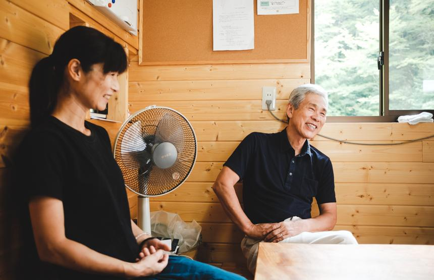 山恵の事務所で、店長の鈴木良秋さんと。敷地内には、ジビエ肉や加工品を販売する直売所もある。