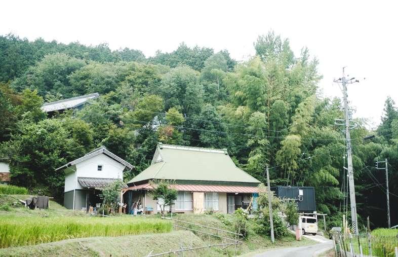 緑色の大きな屋根の古民家が山里カフェMui。