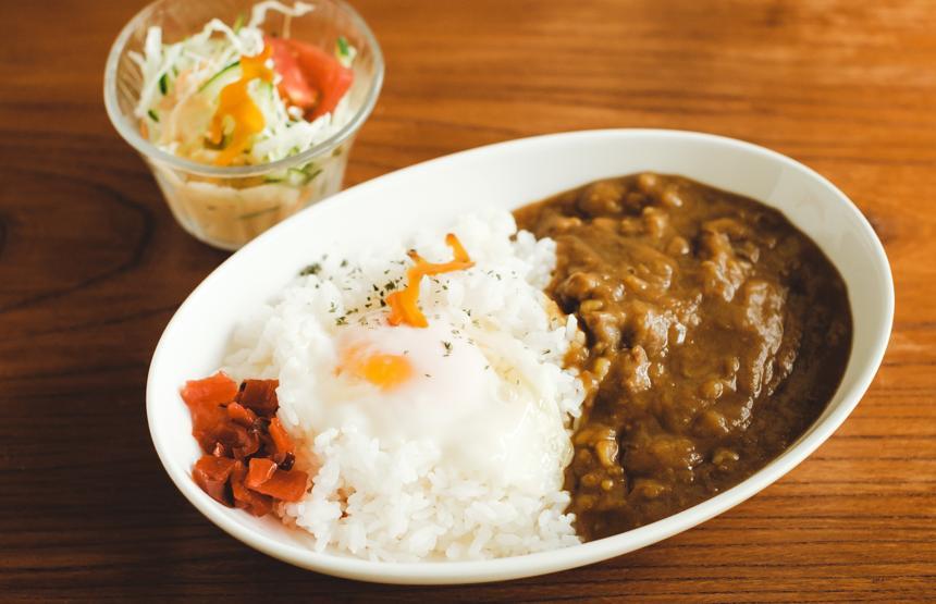 人気メニューのひとつ「鹿カレー」(1000円・税込)。こちらも月ごとに、「鹿ビビンバ丼」や「イノシシスタミナ丼」など、メニューが替わる。