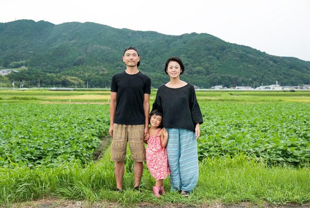 田んぼをバックに家族3人で撮った写真