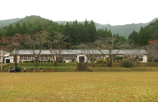熊野市神川町の旧神上中学校。