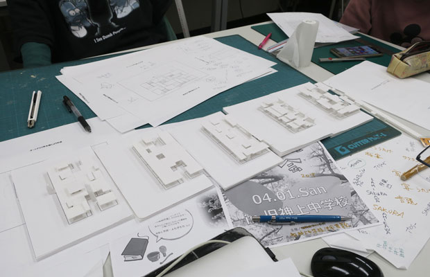 模型で検討。教室内に新しく「水平面」をつくります。