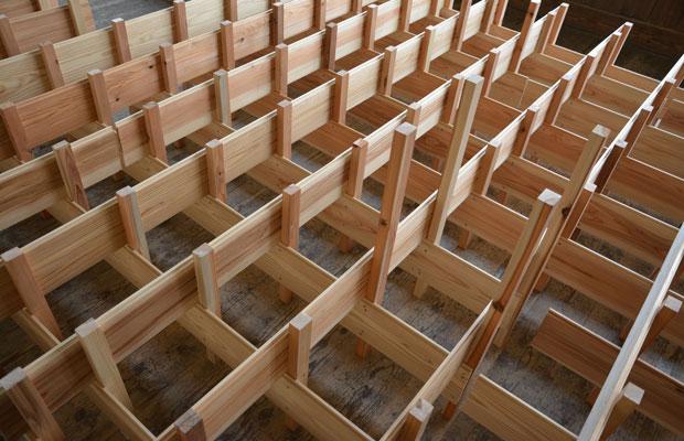 脚のディテール。垂直の材は規格材で、水平の材は使わなくなった板材を製材所からいただいた。