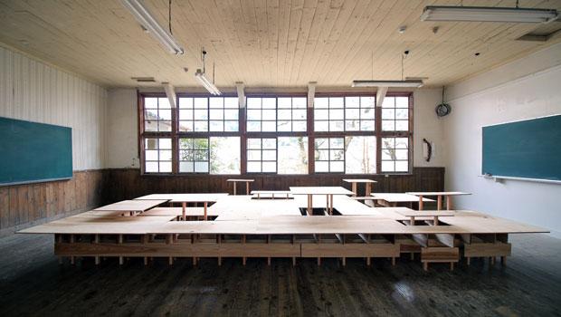 水平面が完成。面の一部が持ち上がって机や棚になるデザイン。