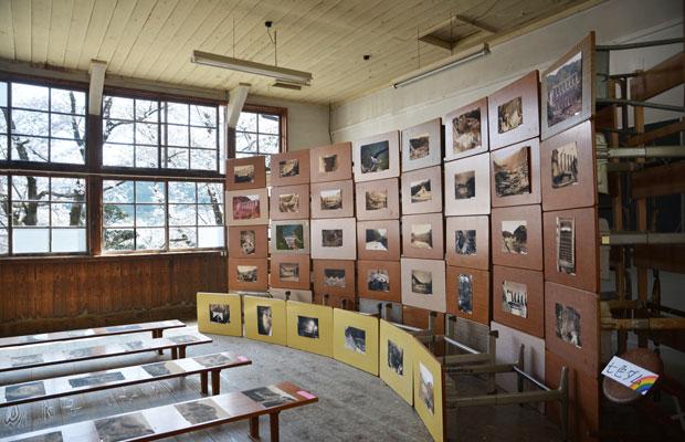 小学校の学習机を集めて、ダムを模した展示空間をつくりました。
