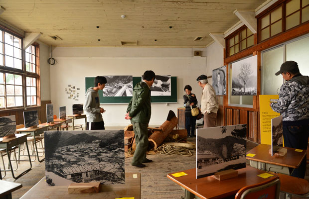 「カメラのうしろのうしろ展」。会場デザインは大江秀明(オオエデザイン)。