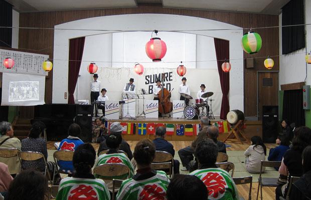 戦後の混乱期、人々の荒んだ心を慰めようと当時の学校の先生が結成した「スミレバンド」を新メンバーで再現!