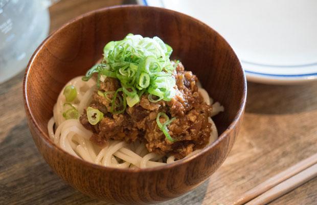 太麺の上に肉味噌炒めをのせて、担々素麺!