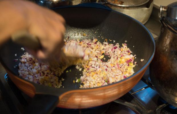 ピーマンと赤玉ねぎの肉みそ炒めをつくります。すでにいい匂い~。