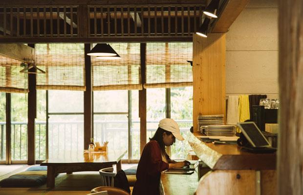 〈CAFEみなもと〉は、地域の交流拠点であり、観光客が飲食できるスペースでもある。