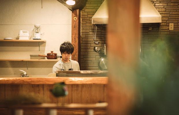 カフェで料理をつくる木下保成さん