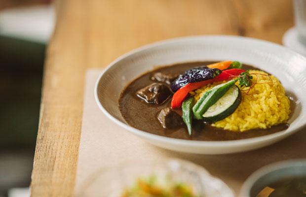 地域の素材を生かしたカフェメニュー。こちらは鹿肉の黒カレー(1600円)。鹿のもも肉と季節の揚げ野菜をトッピング。スパイシーでパンチのある味わい。