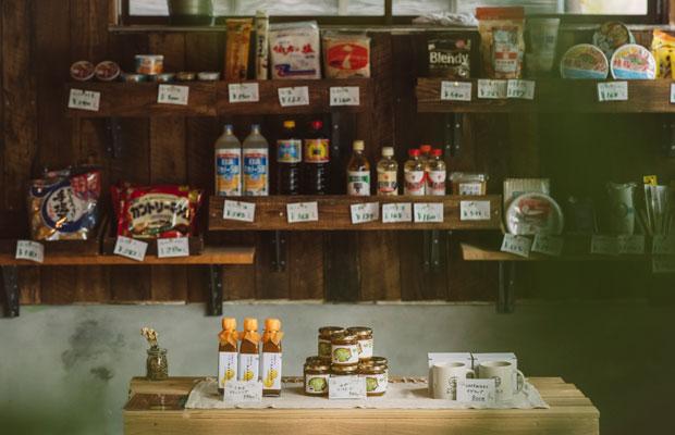 村の人のお買い物コーナーには日用品。そしてその前には、全国から選りすぐりのおいしい加工品コーナー。この組み合わせが、日添らしさ。
