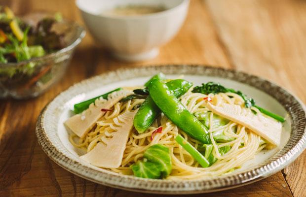 地元五木村や人吉球磨の野菜を使った、彩り豊かな地元野菜のペペロンチーノ(900円)。