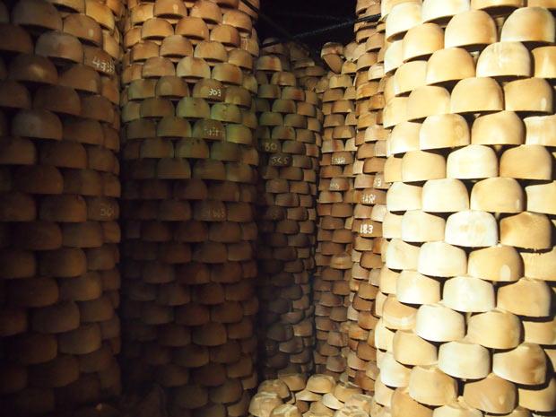 天井までぎっしりと積み上げられた木地。まるでアートのよう。