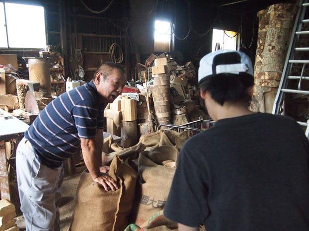 燻煙乾燥をしている阿部さんの作業場にて。様々な職人さんの現場を直接訪れながら技を学んでいる。