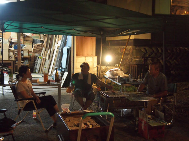 仕事終わりに職人の先輩たちとバーベキューを楽しむ店網さん。川連漆器の話にはつい熱が入る。