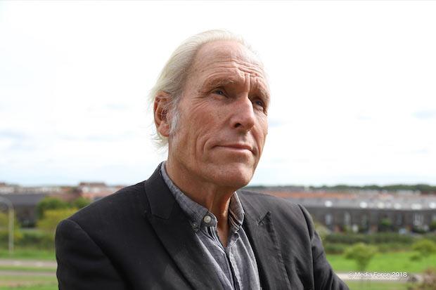 テオ・ヤンセン1948年生まれ。オランダはスフェベニンゲン出身。デルフト工科大学にて物理学を専攻後、画家に転向。新聞に寄稿したコラム記事『砂浜の放浪者』をきっかけに〈ストランドビースト〉を生み出す。「現代のレオナルド・ダ・ヴィンチ」と称され、芸術と科学の融合した作品を作り続けている。