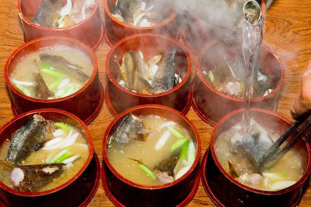 湯気が立ち上る熱々の〈わっぱ煮〉。