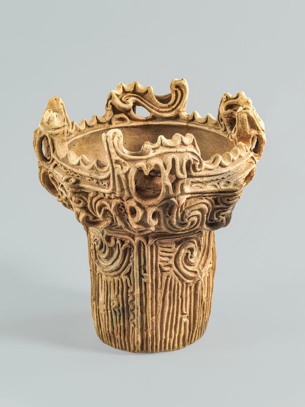 『深鉢形土器(火焔型土器)』縄文時代中期 紀元前3000~紀元前2000年  岡田美術館蔵
