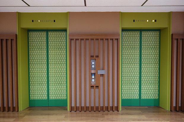 美術館のある2階のエレベーター扉。銈介氏がデザインした着物模様「立木文(たちきもん)」を小さくあしらった図案が並びます。